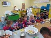 motylki-robia-salatke-owocowa